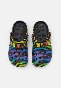 Crocs - CLASSIC PRIDE 2021 UNISEX - Sandalias planas - black/multicolor - 3