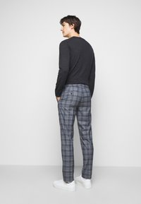 Club Monaco - SUTTON MEDIUM PLAID - Kalhoty - navy combo - 2