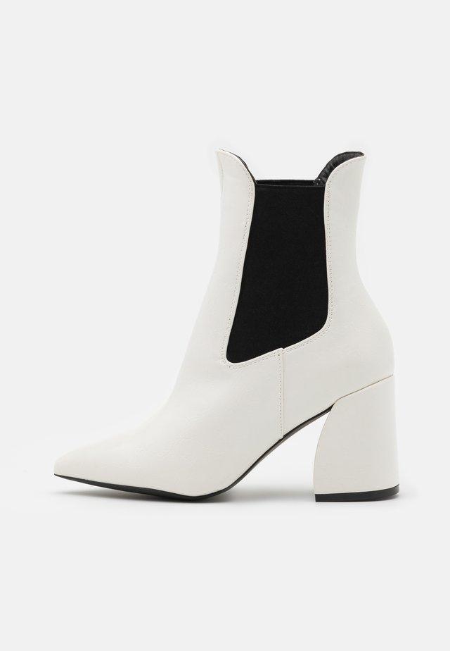 BOOM CHELSEA  - Nilkkurit - white