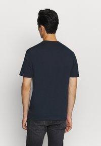 Calvin Klein - CONTRAST POCKET  - T-shirt z nadrukiem - blue - 2