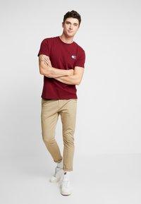 Tommy Jeans - BADGE TEE - Basic T-shirt - burgundy - 1
