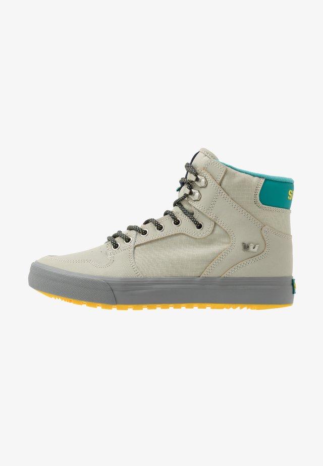 VAIDER COLD WEATHER - Skate shoes - stone/dark grey/dandelion