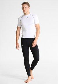 Under Armour - T-shirts med print - weiß/grau - 1