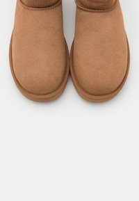 UGG - CLASSIC ULTRA MINI - Ankle boot - chestnut - 5