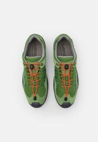 Lowa - ROBIN GTX LO - Hiking shoes - grün/orange - 3