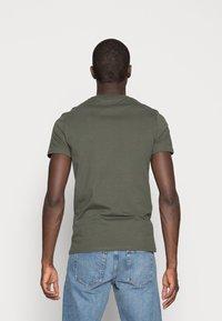 Pier One - 3 PACK - T-shirt basique - black/grey/green - 2