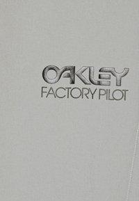 Oakley - ARROYO TRAIL SHORTS - Sports shorts - stone gray - 2