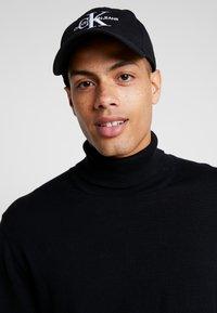 Calvin Klein Jeans - MONOGRAM WITH EMBROIDERY - Kšiltovka - black - 1