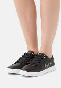 Tommy Hilfiger - SIGNATURE CUPSOLE  - Sneakers basse - black - 0