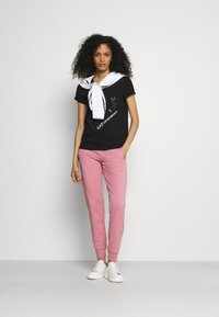 EA7 Emporio Armani - Print T-shirt - black - 1