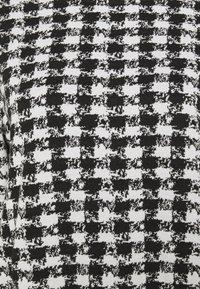Wallis - DOGTOOTH DRESS - Sukienka dzianinowa - black - 2