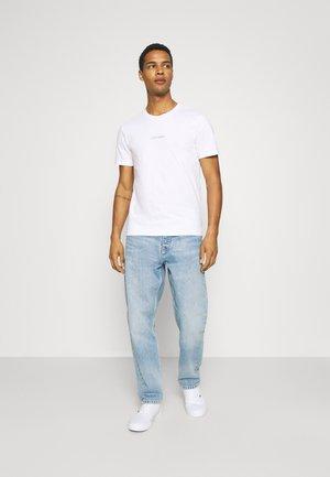 Calvin Klein FRONT LOGO - T-shirt z nadrukiem - purple/liliowy Odzież Męska OAWB