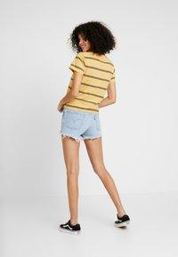 Levi's® - GRAPHIC SURF TEE - Camiseta estampada - alyssa/ochre - 2