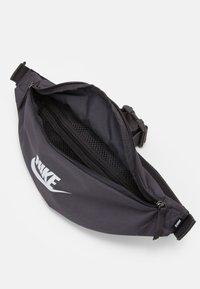 Nike Sportswear - HERITAGE UNISEX - Bum bag - thunder grey/white - 2