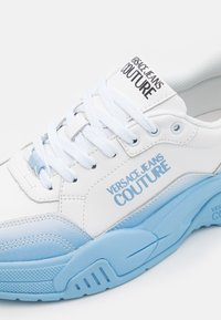 Versace Jeans Couture - Sneaker low - white/light blue - 5