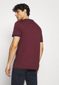 Lyle & Scott - RINGER  - Basic T-shirt - merlot/navy - 2