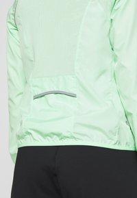 ONLY Play - ONPPERFORMANCE RUN JACKET - Sports jacket - green ash/black - 5