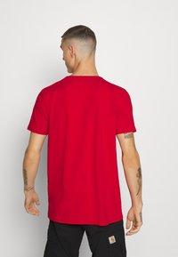 Glorious Gangsta - DEVANEY  - T-shirt z nadrukiem - red - 2