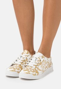 Versace Jeans Couture - Sneakersy niskie - white/gold - 0