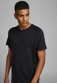 Jack & Jones - JJECURVED TEE O NECK - Jednoduché triko - black