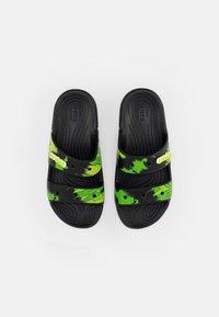 Crocs - CLASSIC CROCS TIEDYE - Sandały kąpielowe - black/lime punch - 3