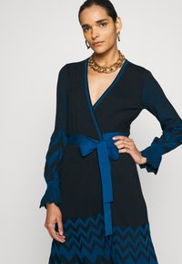 Diane von Furstenberg - CHELSEY DRESS - Jumper dress - black/harringbone dark ocean - 3