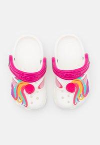 Crocs - CLASSIC I AM UNICORN - Pantofle - white - 3