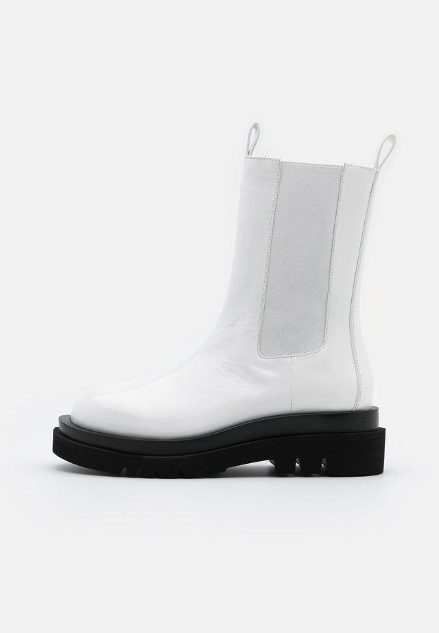 TANKED - Platform boots - white box