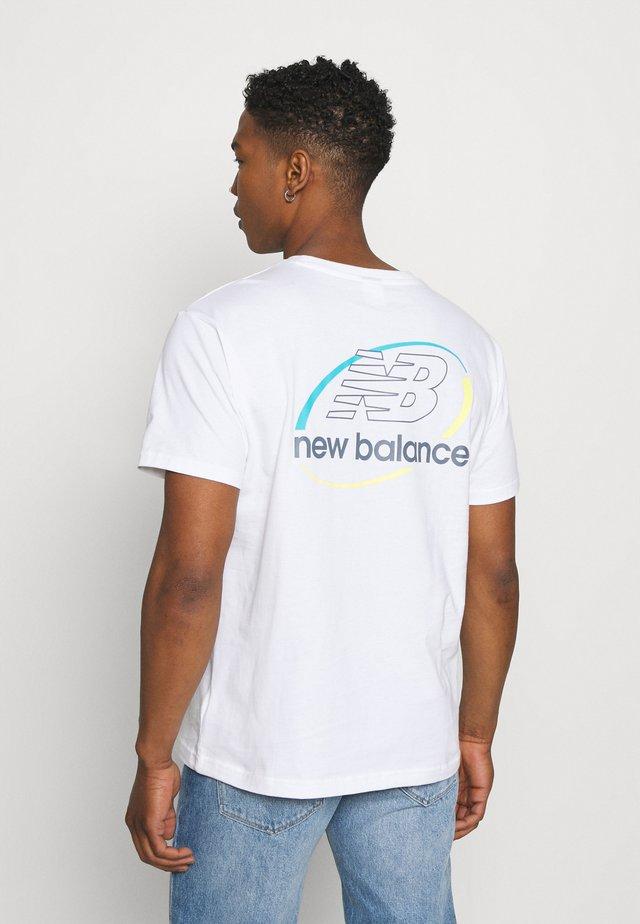 ATHLETICS CIRCULAR STACK TEE - T-shirt med print - white