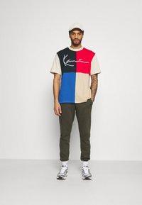 Karl Kani - SIGNATURE BLOCK TEE UNISEX - Print T-shirt - blue - 1