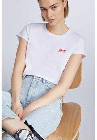 SET - MIT STATEMENT PRINT - Print T-shirt - bright white - 5