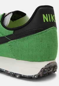 Nike Sportswear - CHALLENGER OG UNISEX - Trainers - green/black/sail/white - 6