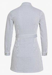 Missguided Petite - STRIPE BUTTON UP SELF BELT DRESS - Sukienka letnia - blue - 1