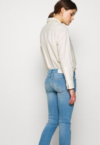 CLOSED - STARLET LOW WAIST CROPPED LENGTH - Jeans Skinny Fit - mid blue - 3