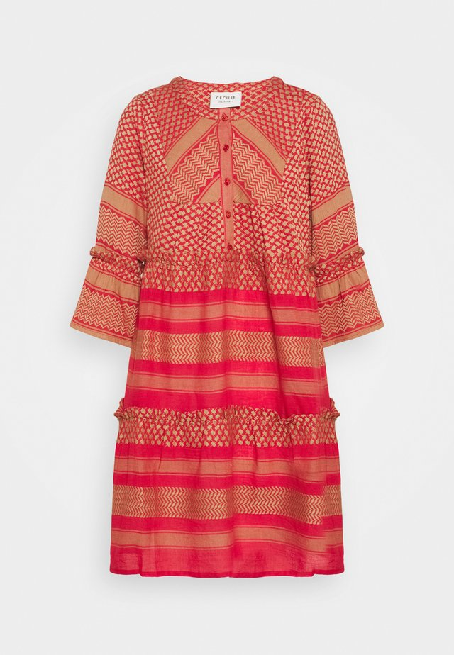 JADE DRESS - Korte jurk - camel/red