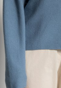 Marc O'Polo - LONGSLEEVE MODERN WIDE FIT RICE CORN STRUCTURE - Jumper - fall sky - 4