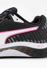Puma - SPEED SUTAMINA 2 - Neutrální běžecké boty - black/white/luminous pink - 5