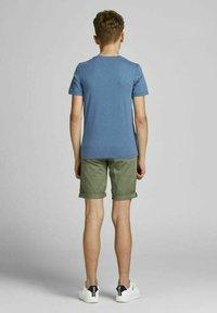 Jack & Jones Junior - JUNGS PINSELSTRICH - Print T-shirt - ensign blue - 2