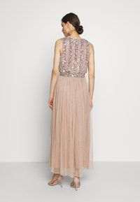 Maya Deluxe - EMBELLISHED OVERLAY DRESS WITH IRIDESCENT SEQUIN DETAIL - Iltapuku - taupe blush - 3