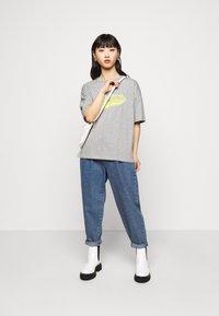 Missguided Petite - MICHIGAN DROP SHOULDER - Print T-shirt - grey marl - 1