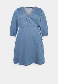 Vero Moda Curve - VMHENNA 3/4 WRAP SHORT DRESS - Denim dress - light blue - 5