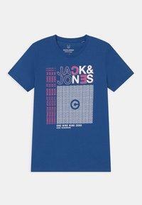 Jack & Jones Junior - JCOBOOSTER CREW NECK  - Triko spotiskem - galaxy blue - 0
