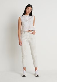 Calvin Klein Jeans - MOM - Jeansy Relaxed Fit - bleach grey - 1