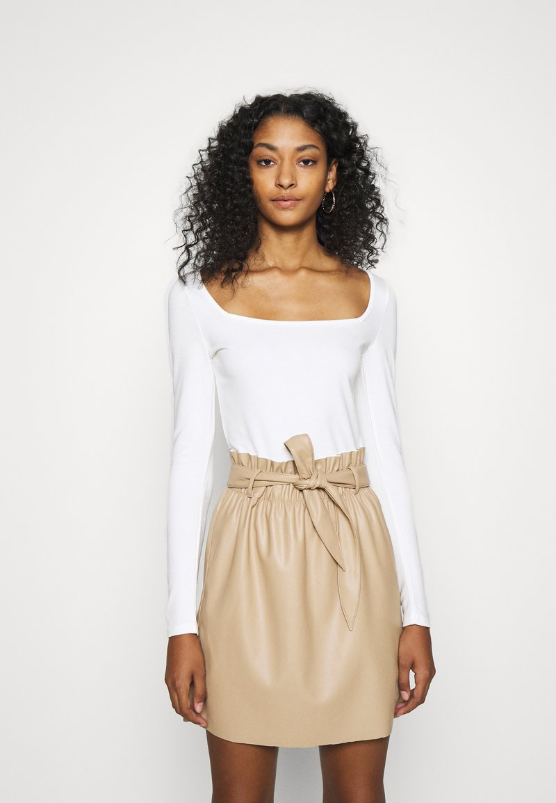 NA-KD - PAMELA REIF SQUARE NECK CUT OUT BODY - Long sleeved top - cloud cream