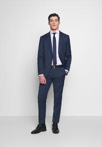 Tommy Hilfiger Tailored - PEAK LAPEL CHECK SUIT SLIM FIT - Oblek - blue - 1