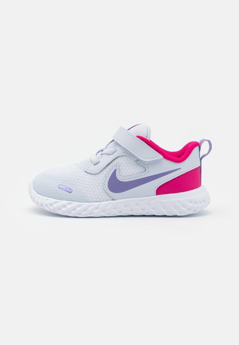 Nike Performance - REVOLUTION 5 UNISEX - Hardloopschoenen neutraal - football grey/purple pulse/fireberry/white