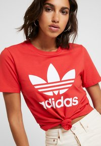 adidas Originals - TREFOIL TEE - T-shirts med print - lush red/white - 4