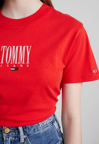Tommy Jeans - EMBROIDERY GRAPHIC TEE - T-shirt imprimé - flame scarlet - 6