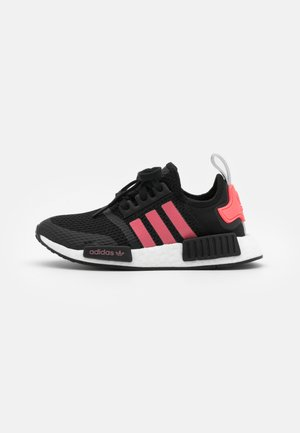 NMD_R1 BOOST SPORTS INSPIRED SHOES UNISEX - Matalavartiset tennarit - core black/signal pink/footwear white