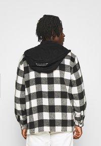 Mennace - SKATER HOODED OVERSIZED SHIRT - Shirt - black - 2